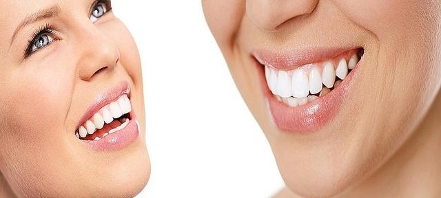 Cómo evitar que tus dientes se aflojen y se caigan.